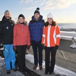 Los Duques de Cambridge y los Príncipes Haakon y Mette-Marit en una pista de esquí en Noruega