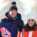 Los Duques de Cambridge durante su visita a una pista de esquí en Noruega