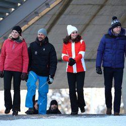Los Duques de Cambridge y los Príncipes Haakon y Mette-Marit pasean por la pista de esquí en Noruega