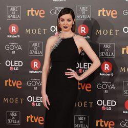 Dáfne Fernández en la alfombra roja de los Premios Goya 2018