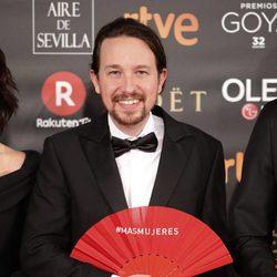 Pablo Iglesias posa con el abanico reivindicativo en la alfombra roja de los Premios Goya 2018