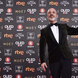 Javier Gutiérrez posando con su galarón en los Premios Goya 2018