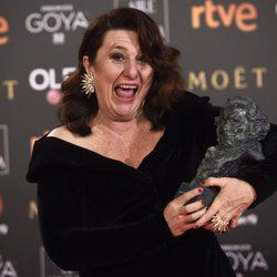 Adelfa Calvo posando muy divertida con su galardón en los Premios Goya 2018
