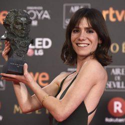 Bruna Cusi posa feliz con su galardón en los Premios Goya 2018