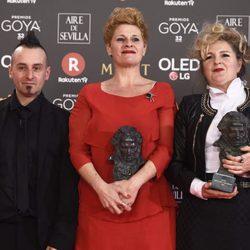 Ainhoa Eskisabel ,Olga Cruz and Gorka Aguirre Frias posando con su galardón en los Premios Goya 2018
