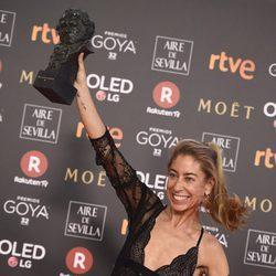 Saioa Lara posando muy feliz con su galardón en los Premios Goya 2018