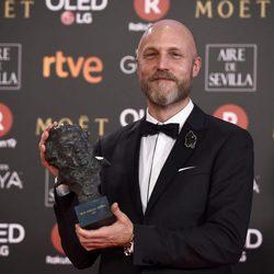 Mikel Serrano posa con su galardón en los Premios Goya 2018