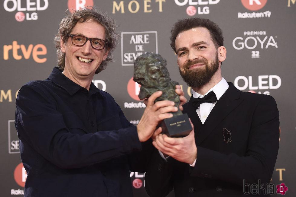Laurent Dufreche y Raul López posando con su galardón en los Premios Goya 2018