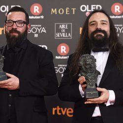 Jon Serrano y David Heras posan con su galardón en los Premios Goya 2018