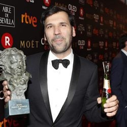 Sebastian Lelio posando con su galardón en los Premios Goya 2018