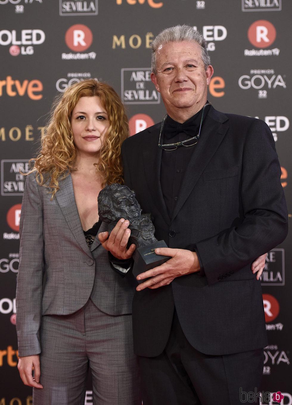 Laura Ferres posando con su galardón en los Premios Goya 2018