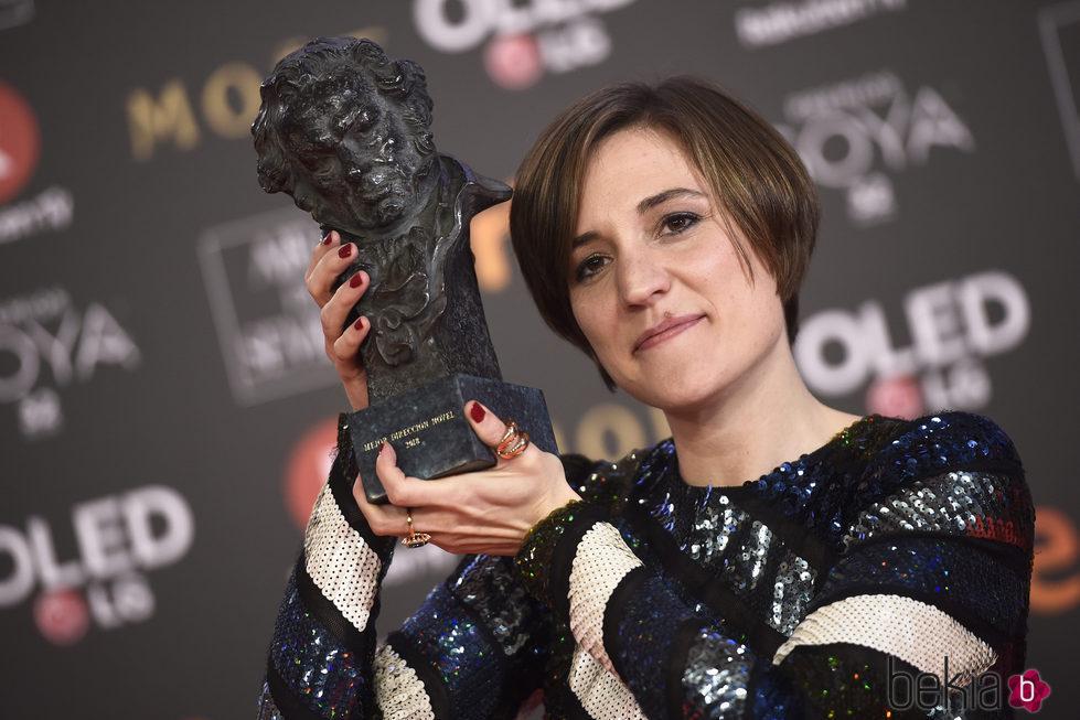 Carla Simon posa junto a su galardón en los Premios Goya 2018