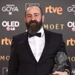 Andres Sistiaga posando junto a su galardón en los Premios Goya 2018