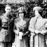La Reina Isabel con 18 años junto a sus padres
