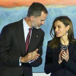 Los Reyes Felipe y Letizia, muy cómplices en la entrega de las Medallas de Oro al Mérito en las Bellas Artes 2016