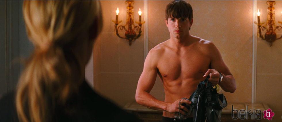 Ashton Kutcher con el torso desnudo en 'Killers'