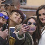 La Reina Letizia haciéndose selfies con unas chicas