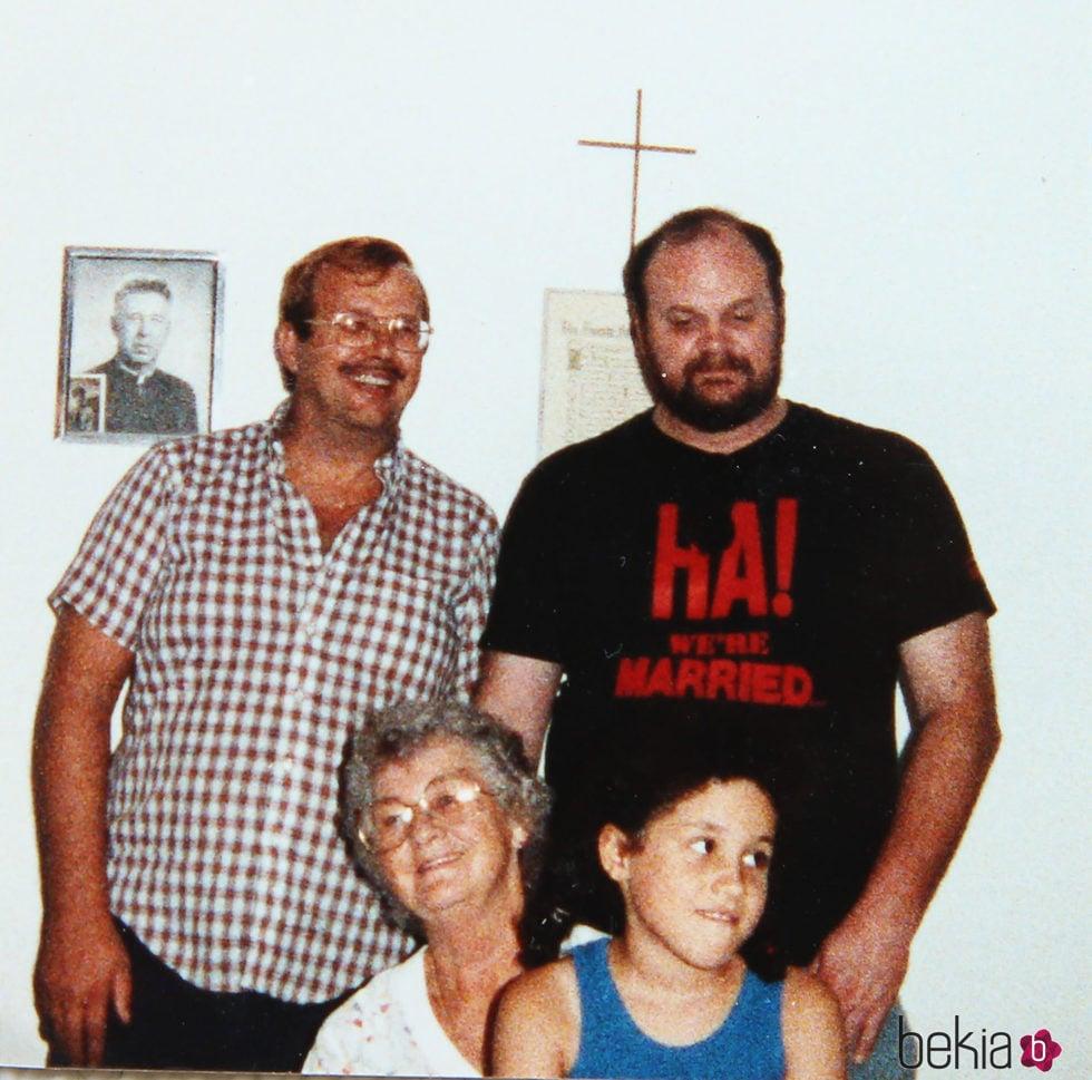 Meghan Markle de niña con su padre, su tío Fred y su abuela Doris Markle