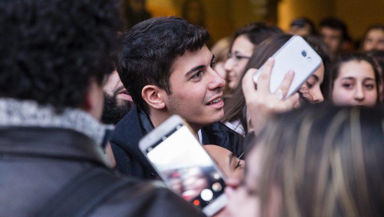 Alfred recibido por sus fans en el Ayuntamiento de Llobregat