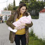 Irene Rosales con su hija Carlota en brazos el día del 34 cumpleaños de Kiko Rivera