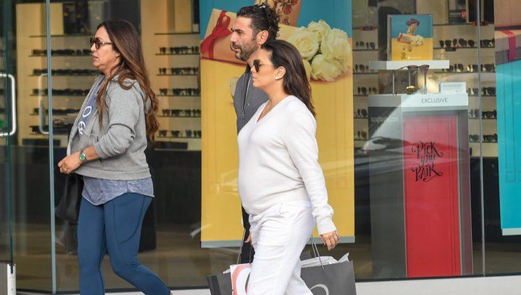 Eva Longoria, de compras junto a su marido Jose Baston en las calles de Beverly Hills