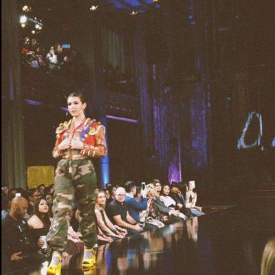 Alba Díaz desfilando en la pasarela de la New York Fashion Week