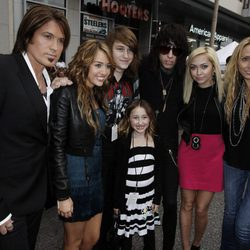 La familia Cyrus en la premiere de la película 'Hannah Montana' en Los Ángeles