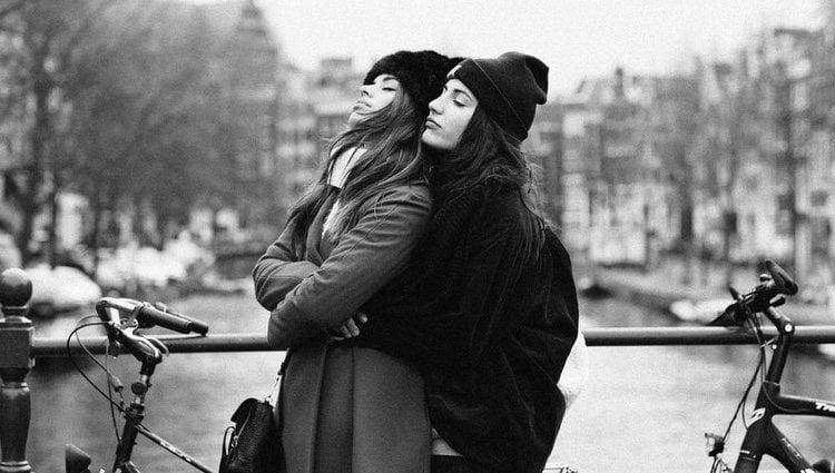 Dulceida y Alba Paul Ferrer posan abrazadas en uno de sus viajes