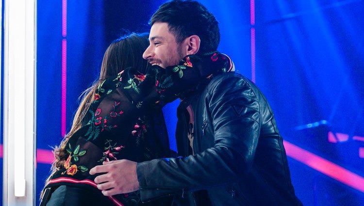 Cepeda y Aitana se abrazan tras su actuación en la fiesta final de 'OT 2017'
