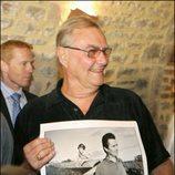 Enrique de Dinamarca con una foto de cuando era joven