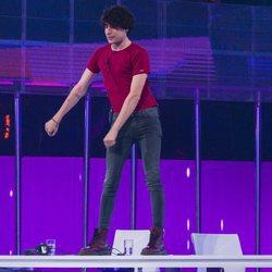 Javier Calvo bailando sobre la mesa del jurado en la fiesta final de 'OT 2017'
