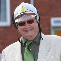 Enrique de Dinamarca con un casco de bombero