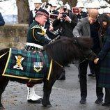 El Príncipe Harry y Meghan Markle acariciando a un poni en Edimburgo