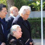 Chiquetete de la mano de Carmen Gahona en el funeral de Manuela Pantoja
