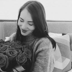 Andrea Duro con un ramo de rosas en San Valentín 2018