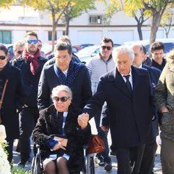 Carmen Gahona y Chiquetete de la mano en el funeral de Manuela Pantoja