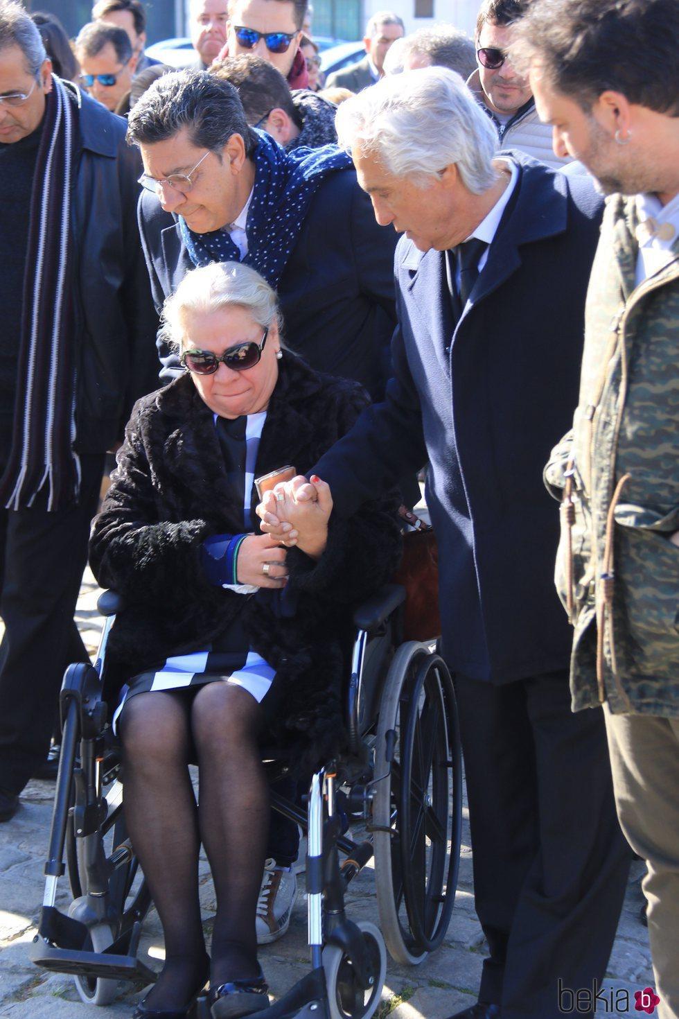 Carmen Gahona visiblemente afectada en el tanatorio por la muerte de Manuela Pantoja