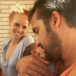 María Castro mira enamorada a su pareja y a su hija en San Valentín 2018