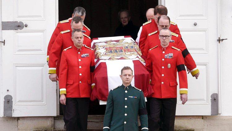 Los restos mortales de Enrique de Dinamarca salen del Palacio de Fredensborg
