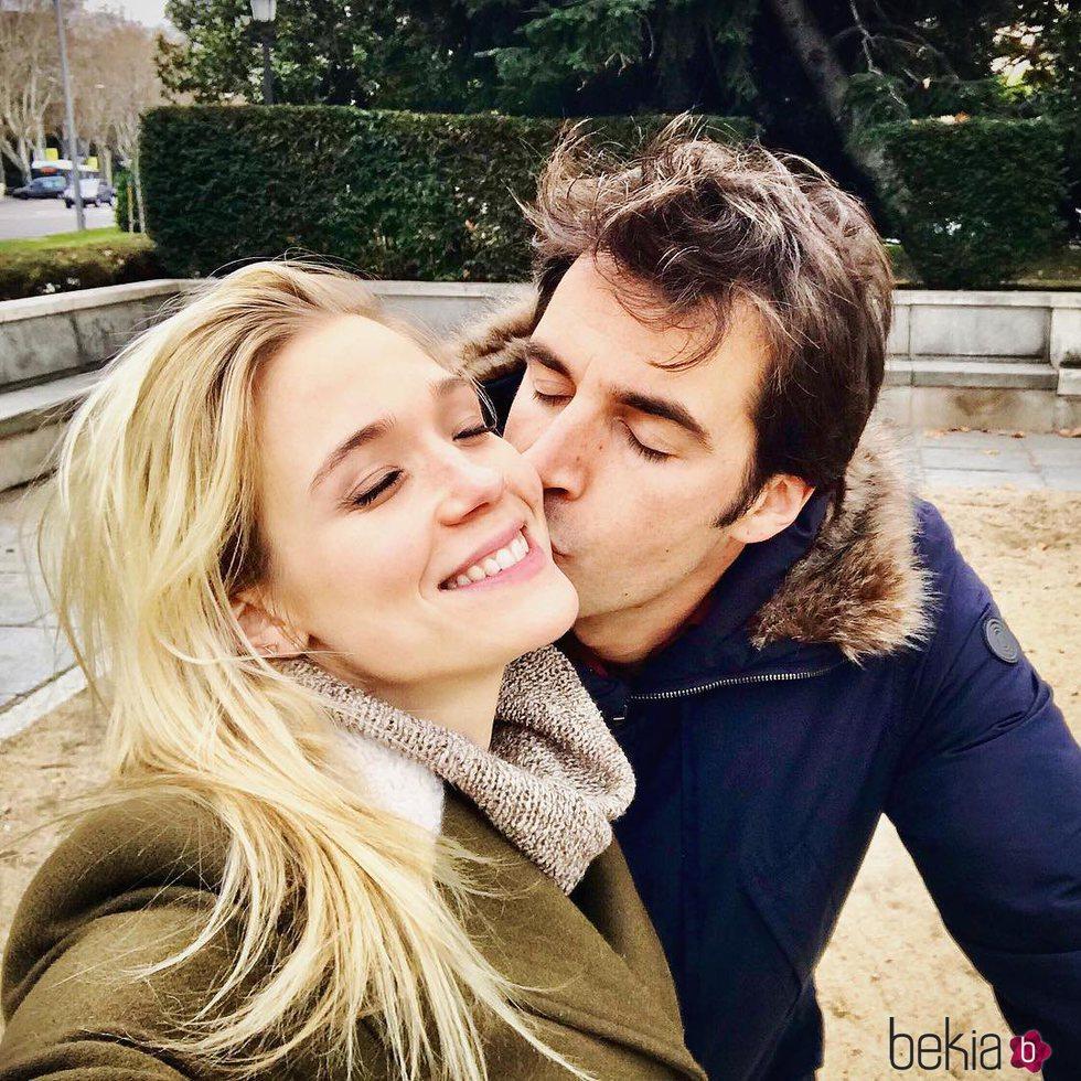 Álex Adróver dando un beso a Patricia Montero en San Valentín 2018