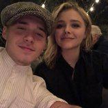 Brooklyn Beckham y Chloe Moretz haciéndose un selfie