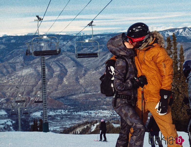 Kate Hudson y Danny Fujikawa besándose en la nieve