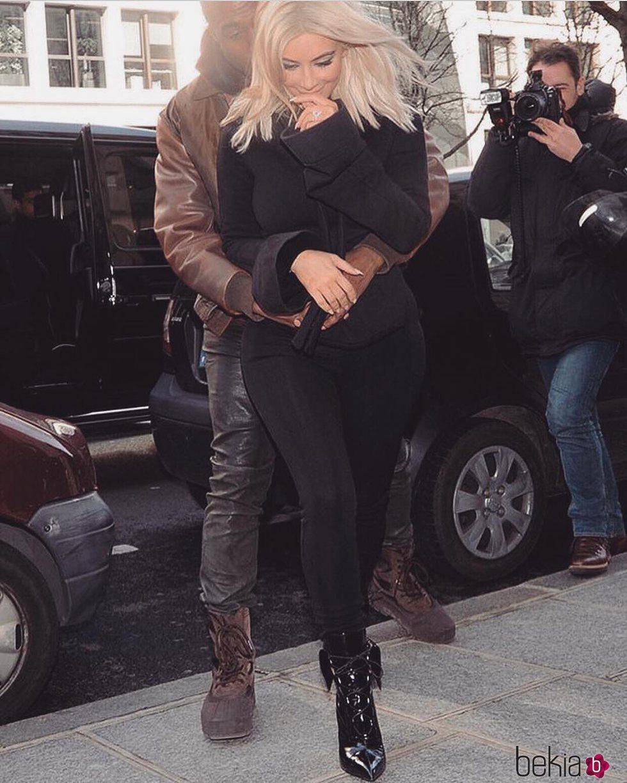 Kanye West besando con ternura a Kim Kardashian a su llegada a un acto