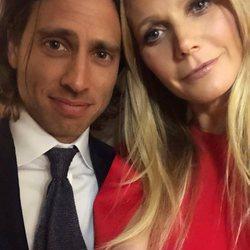 Gwyneth Paltrow y Brad Falchuk haciéndose un selfie durante una romántica velada