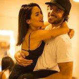 Santiago Mocorrea cogiendo en brazos a su chica Lali Espósito