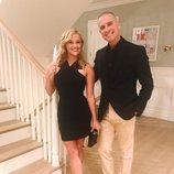 Reese Witherspoon y Jim Toth posando muy elegantes antes de salir de casa