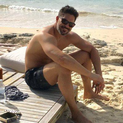 Joe Manganiello luciendo músculos durante un día de playa