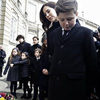 La Familia Real Danesa contempla los homenajes a Enrique de Dinamarca en Amalienborg