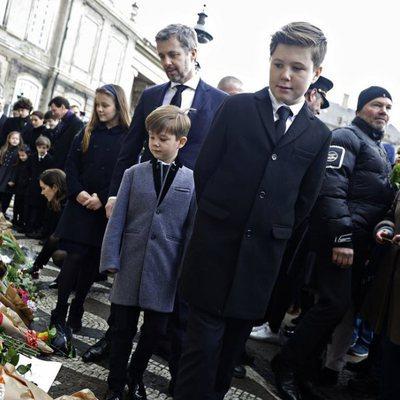 Los hijos, las nueras y los nietos de Enrique de Dinamarca miran los recuerdos colocados en su honor en Amalienborg