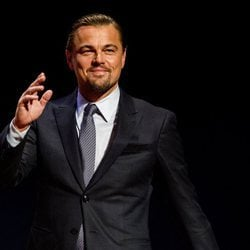 Leonardo DiCaprio saluda sonriente en la Goed Geld Gala 2018